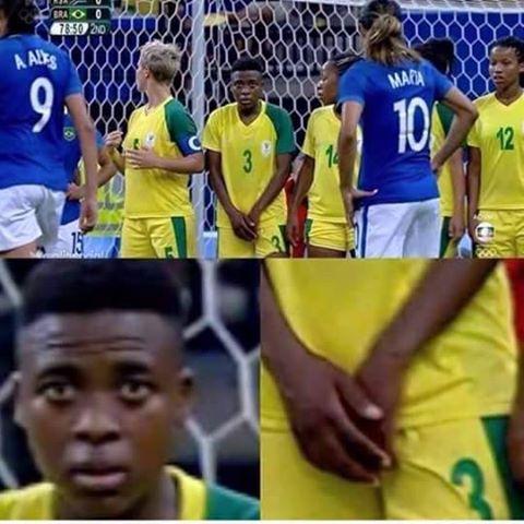 Nữ cầu thủ gây sốc với hành động lấy tay che vùng kín