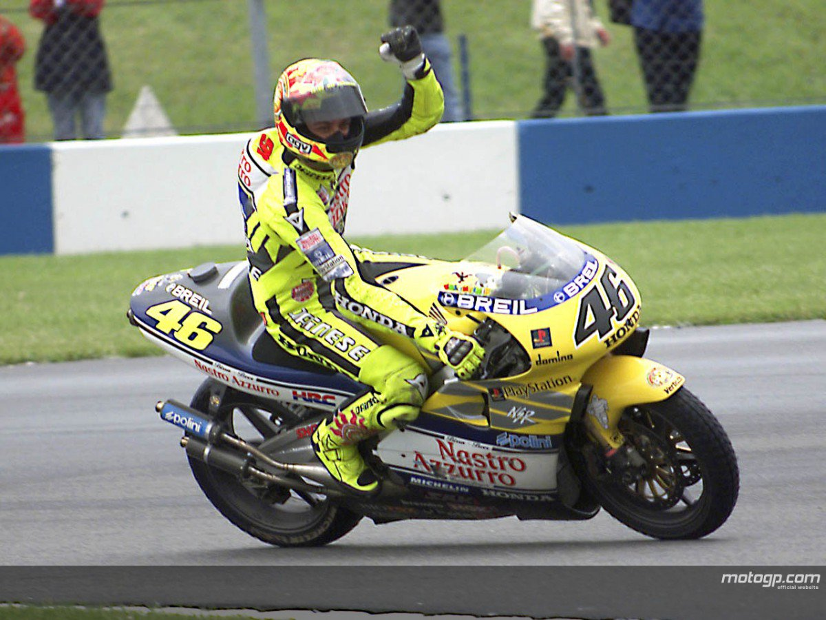 #ThrowbackThursday Donington 2000. Valentino Rossi on Nastro Azzurro Honda NSR500 took his 1st premier-class victory https://t.co/hRapXpHqrz
