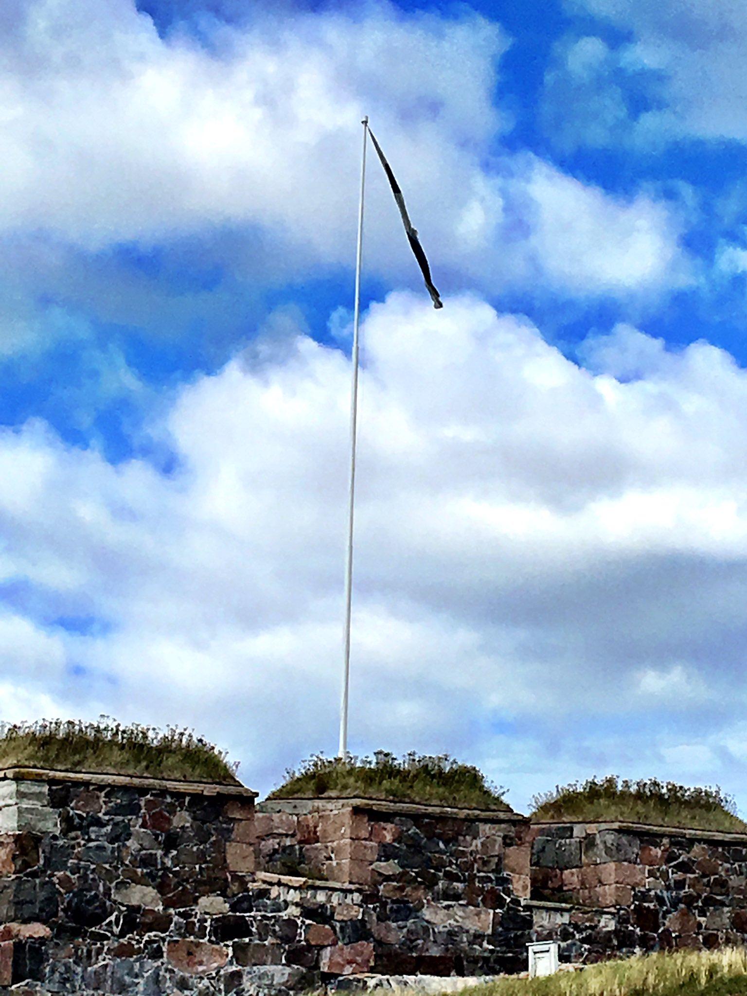 """Thumbnail for Suomen lippu - """"liehukoon se tässä aina""""...paitsi, kun huoltoa odotellaan, katsotaan riepua."""