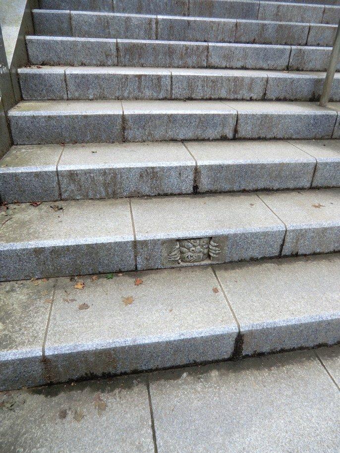夏の思い出。階段の鬼みたいなやつ。 https://t.co/bEXPxPc9cF