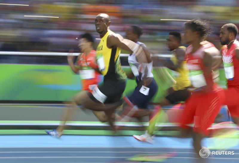 Bolt, el tipo capaz de correr a 36 km/h mirando qué pasa a su alrededor... (fotón de Reuters). https://t.co/RauZAgrG6q