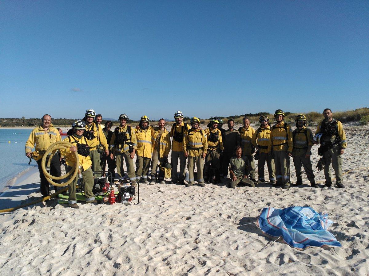 Este es el equipo que ha pasado la noche apagando el incendio en Formentera. ¡GRACIAS @ibanat_IB ! cc @IB3 https://t.co/lwylTfyaag