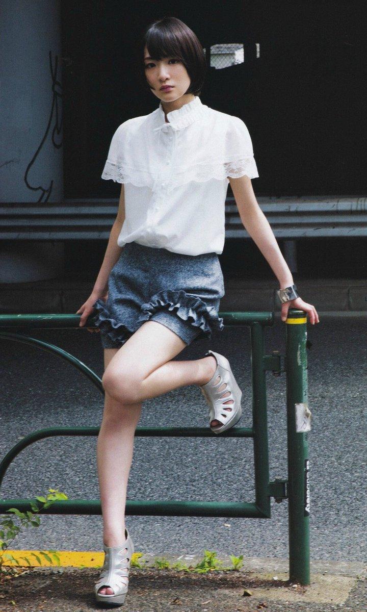 ミニスカート姿の生駒里奈さん