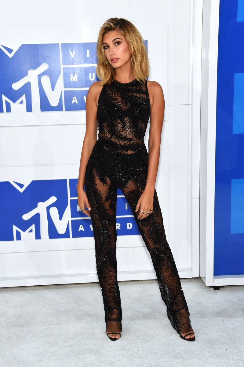 It looks like @haileybaldwin got the memo that when it comes to the #VMAs, less is more https://t.co/LIiZaW5oXL