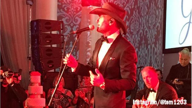 Tim McGraw surprises Philadelphia wedding