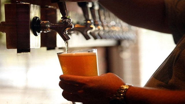 A college professor is using beer to inspire chemistry students. >>