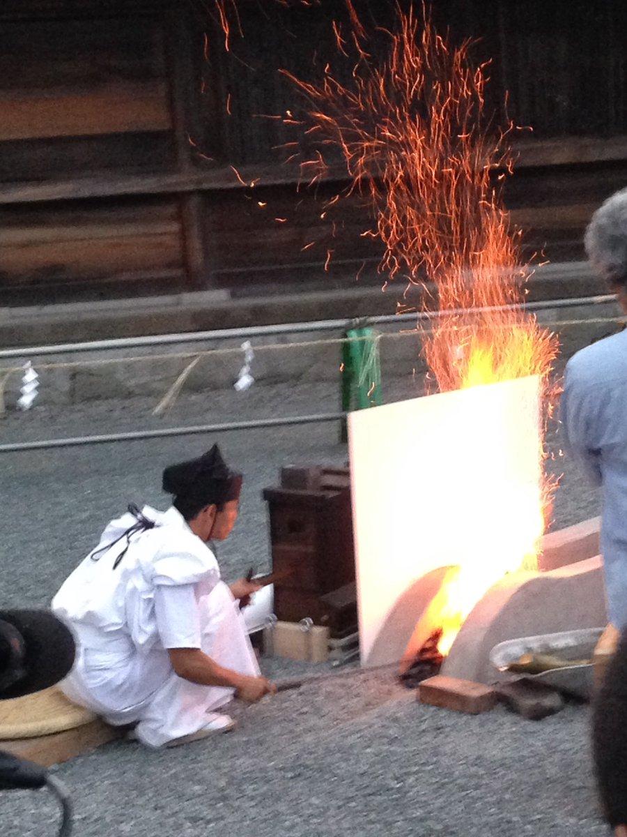 神事は中へ入って見ていたので写真なしです。木炭が次々と投入されて蛍丸写しさんを焼入れする用意が整えられていきます