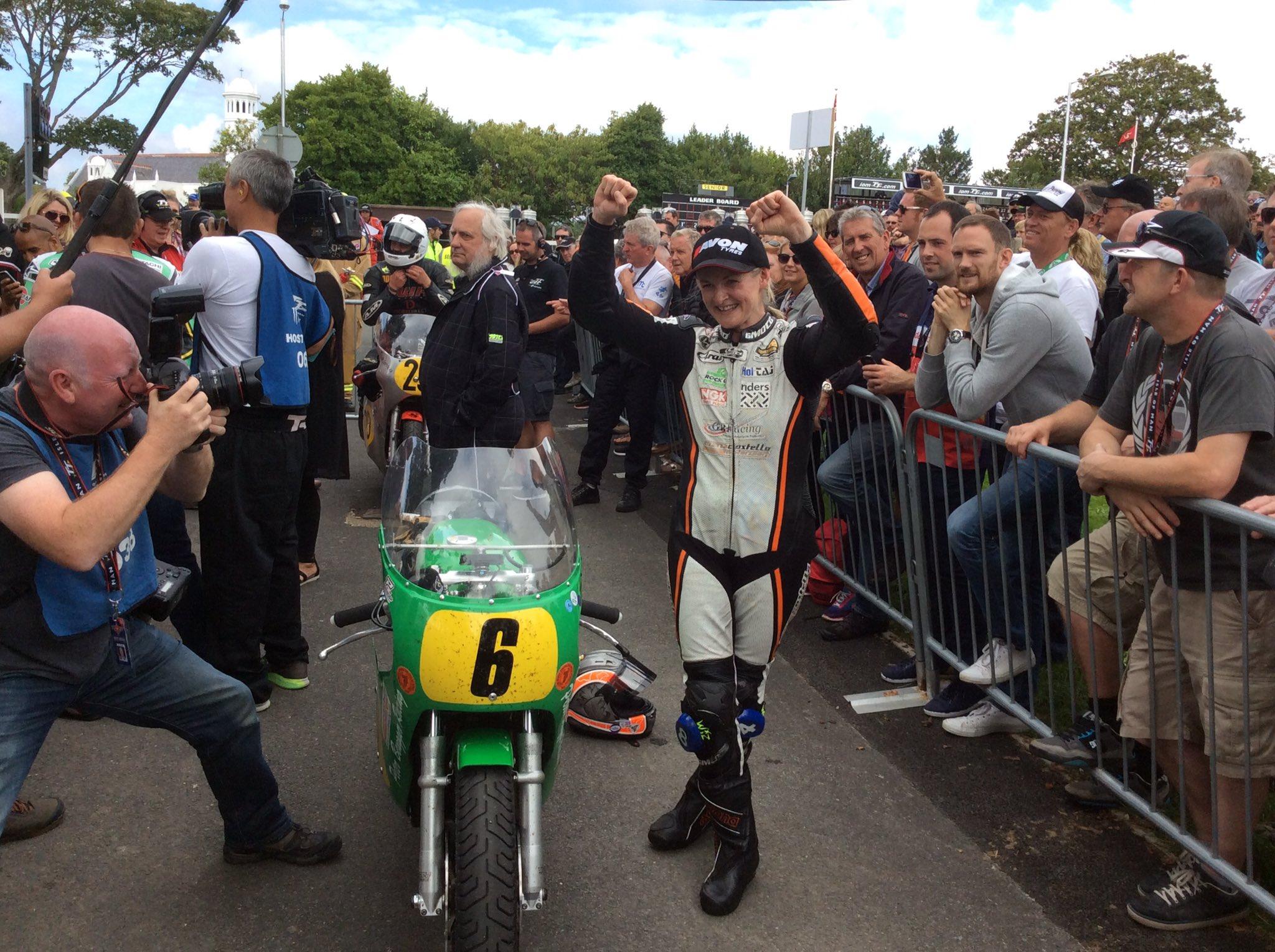 [Road Racing] CLASSIC TT ET MANX GRAND PRIX 2016 - Page 2 Cq3awpPWEAQ-piN