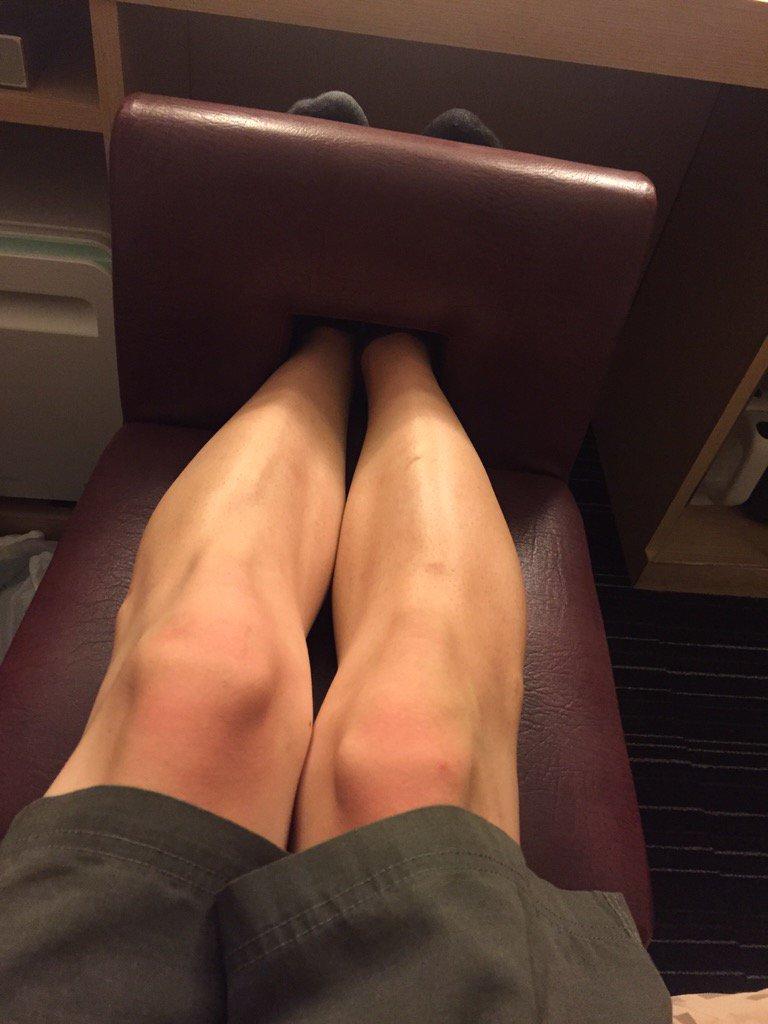 [その他ネタ]気持ちよく酔ってホテルに帰ってきたのはいいんだけどホテル備え付けの椅子の穴に両足を突っ込んだら抜けなくなって真剣に焦り始めた[2016年8月27日]