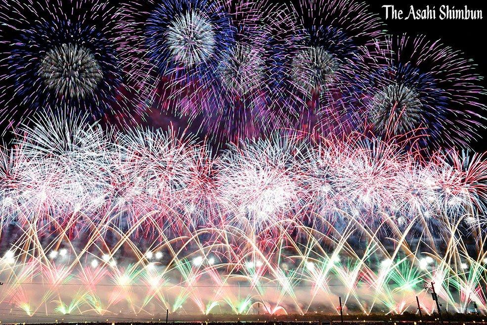 t.asahi.com/jyqd 国内の花火師が腕を競う第90回全国花火競技大会(大曲の花火)が27日夜、秋田県大仙市の雄物(おもの)川河畔であり、1万8千発の花火が晩夏の夜空を彩りました。福留カメラマン撮影(時) pic.twitter.com/FFMOsbmkSj