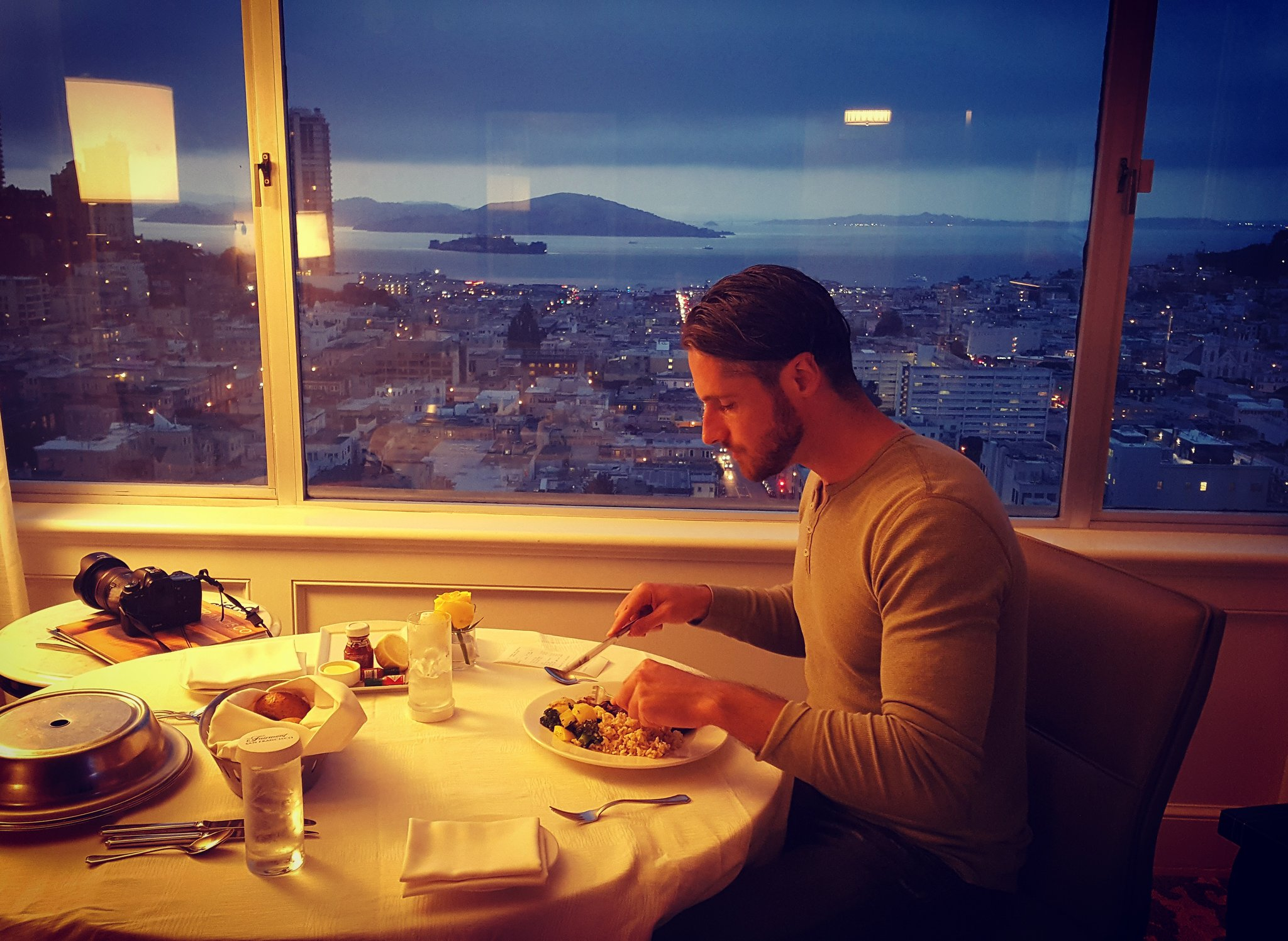 Roomservice at night with the best view ever 😍🍴🌒 @ Fairmont Hotel San Francisco  #Alcatraz https://t.co/PCRRaTN5ql