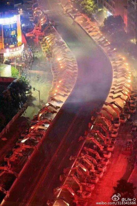 南昌市の自動車陸橋が一晩で瓦礫の山に。地下鉄整備の一環で取り壊し。100台以上の建機を集めて「せーの!」でガツンとやったらしい。 pic.twitter.com/eZOHIv2Uif