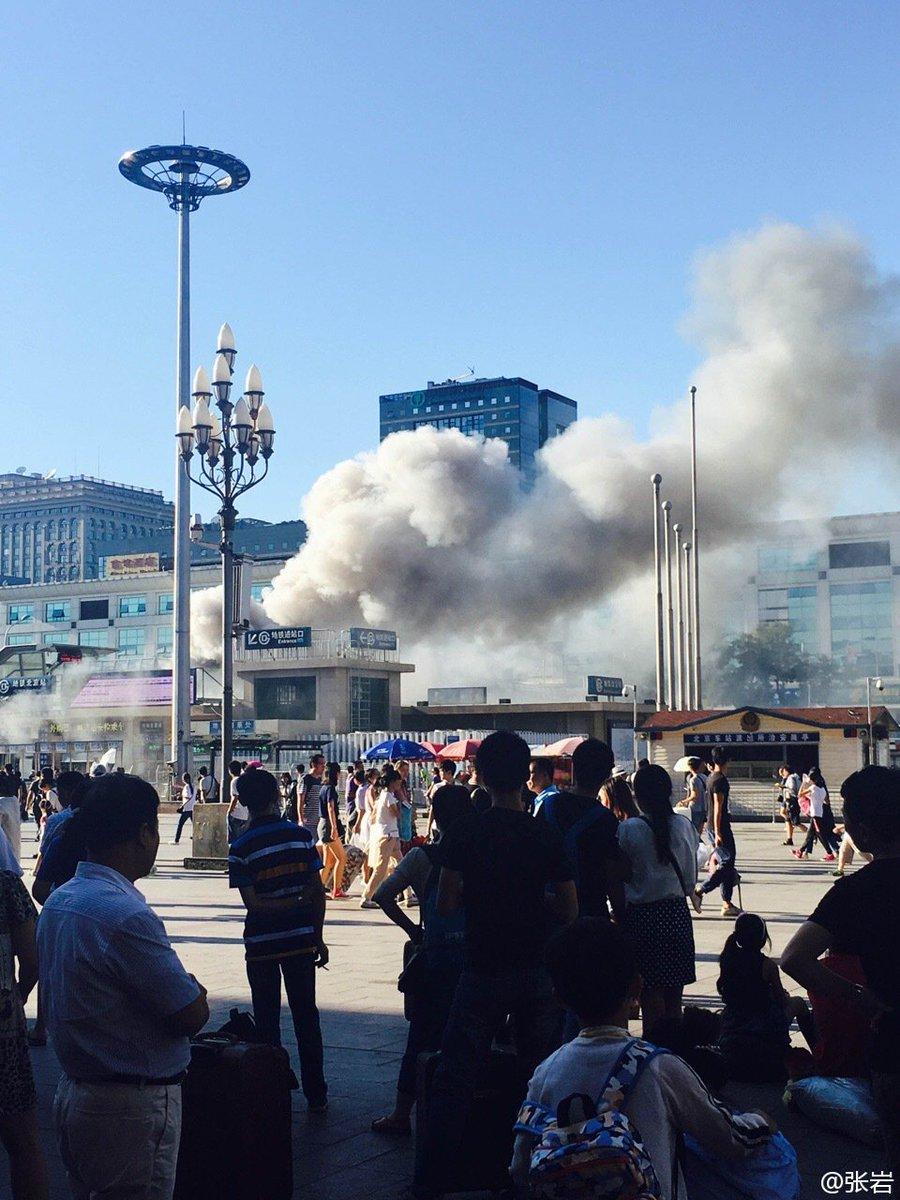 老婆去北京站送同学拍到的,没有听到爆炸声,现在北京站地铁已经封闭。 https://t.co/5mHmnd9FAK https://t.co/K9y1ANi4Nf