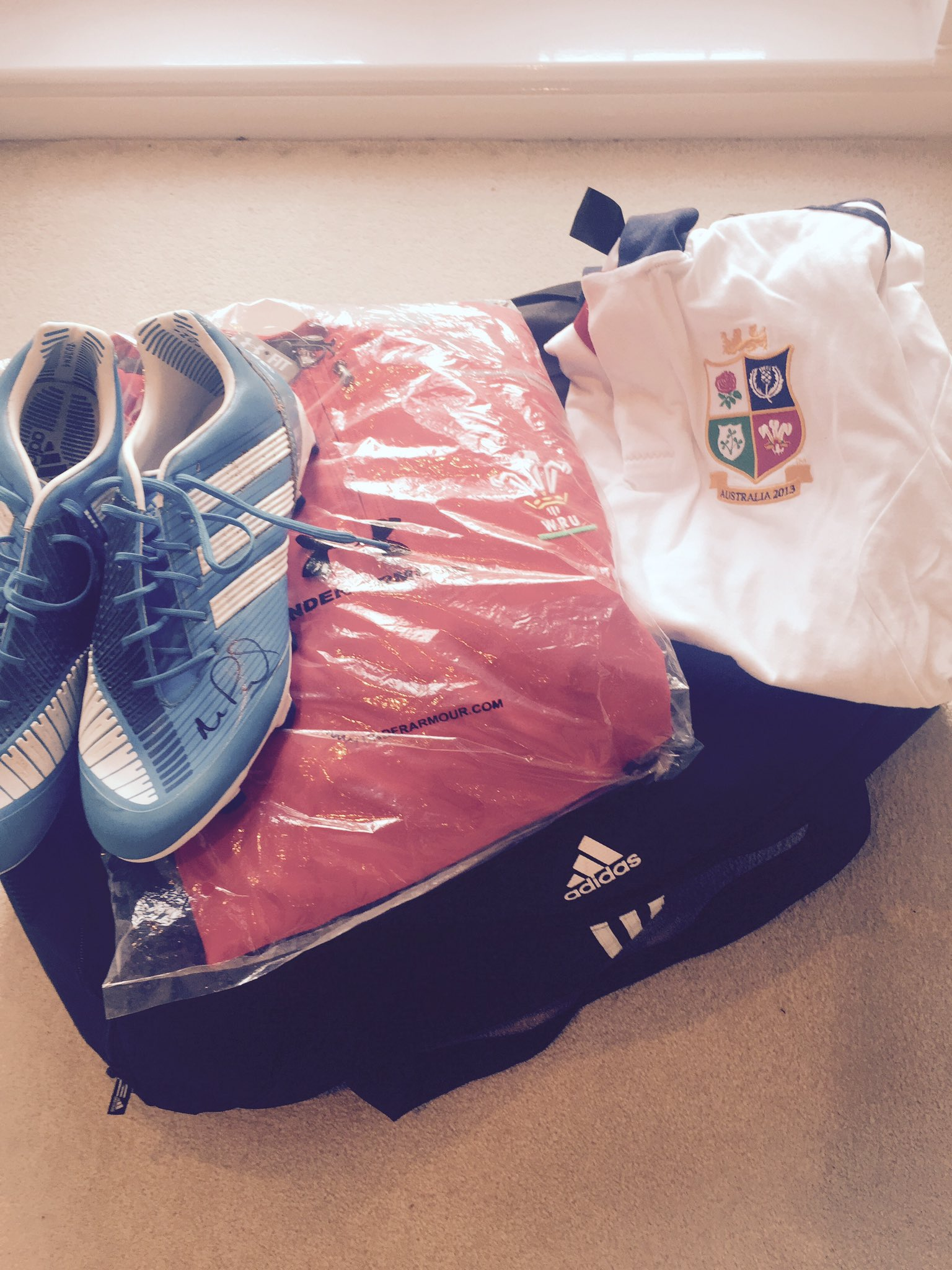 RT @mikephillips009: I have a bag full of kit I want to give away just re-tweet for a chance to win, I'll pick a winner at random! https://…