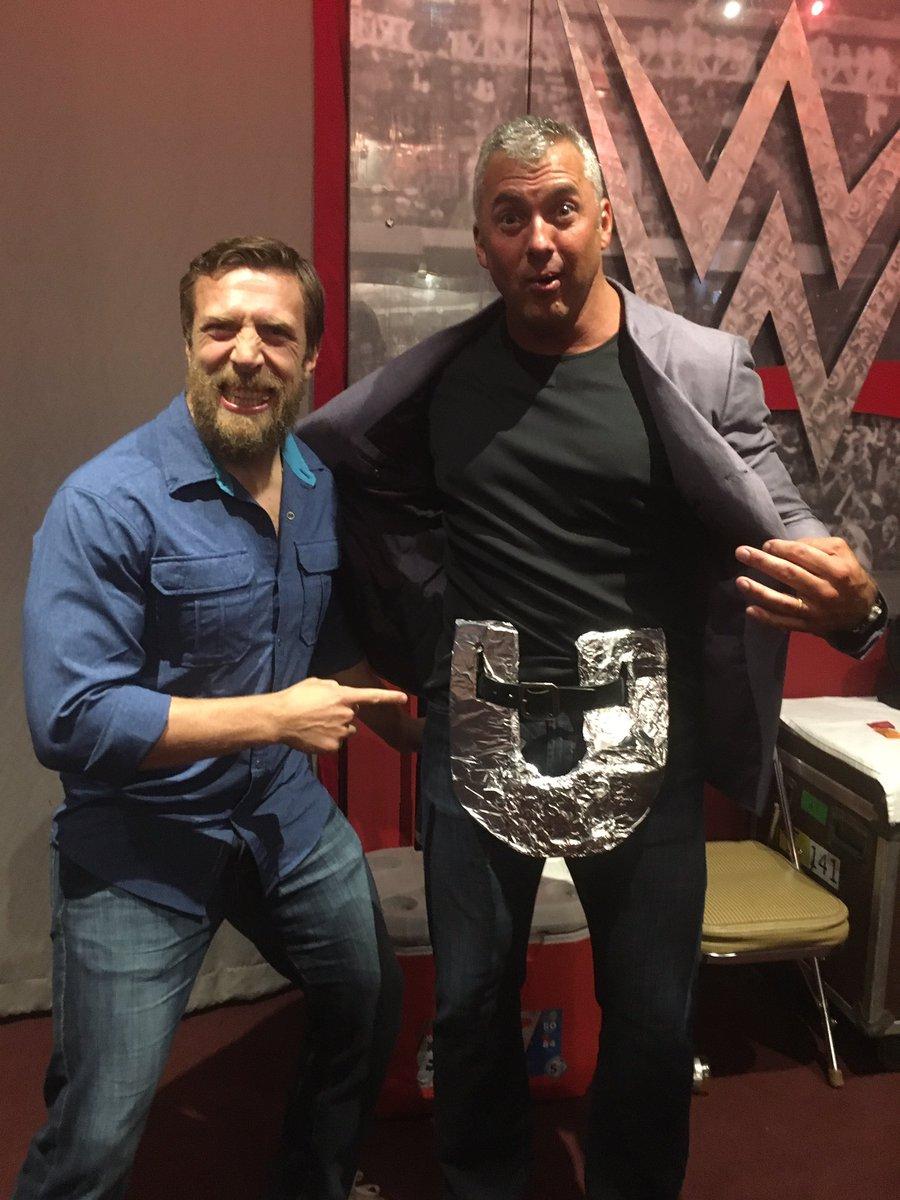 Shane leaks Universal Championship design  CqBjEy6W8AA80vQ