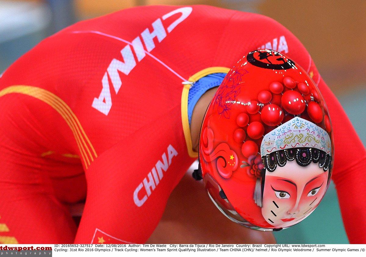 リオ五輪、中国チームのヘルメットがこんな感じでした。地味なヘルメットが多い中で、その存在感は抜群でした。女子では金メダルも獲得、このヘルメットの威圧感は抜群でした。w https://t.co/134GJIg2Ix