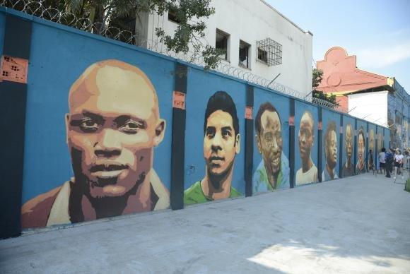 Mural com grafite homenageia atletas refugiados das Olimpíadas #Rio2016 https://t.co/a624vpVaWg