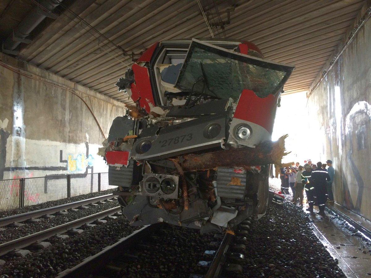 L'état du TER après l'accident qui vient d'avoir eu lieu près de #Montpellier https://t.co/GHQc83z2yG