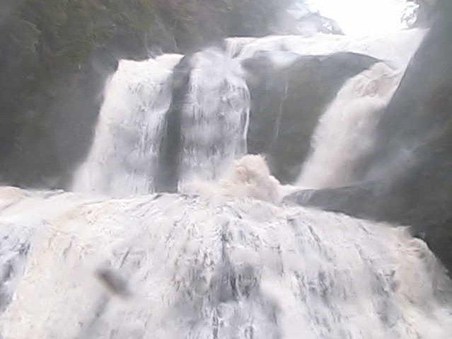 大雨のところがあるようなので、降っていない地域もご注意ください。袋田の滝はいま凄いことになってますが、水しぶきが観瀑台まで来ることもあるので気をつけてください!ライブカメラはこちらから→https://t.co/ZddDukAMOR https://t.co/zqTW4RiT8e