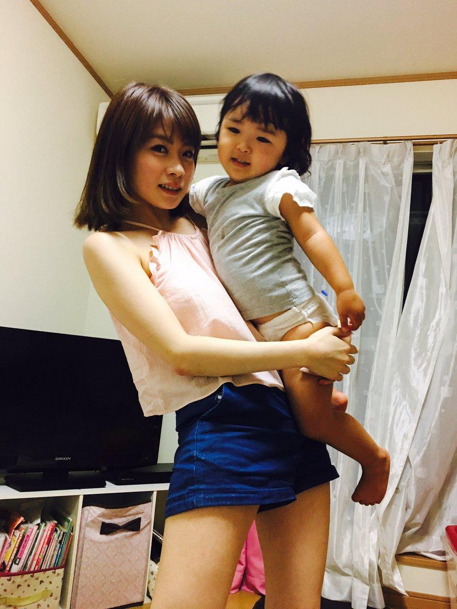 ミニスカート姿の小林裕美さん