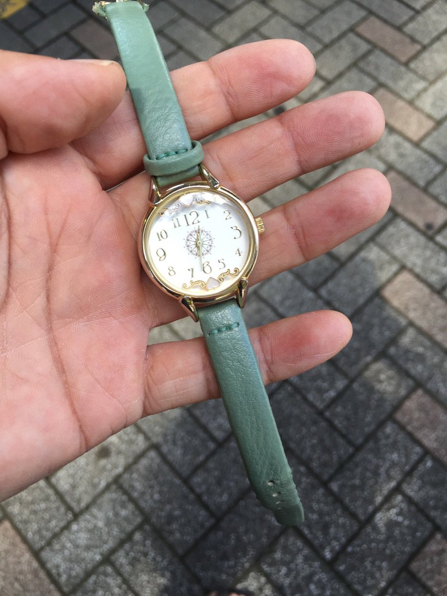 藤沢駅北口ロータリーで腕時計を拾いましたよ。藤沢駅北口交番に届けてあるのでお心あたりの方はどうぞ。持ち主に届くといいけど。 #藤沢キュン #落し物 #ビックカメラ #fujisawa https://t.co/DNoW6viLyp https://t.co/V4CQ9IGdWf
