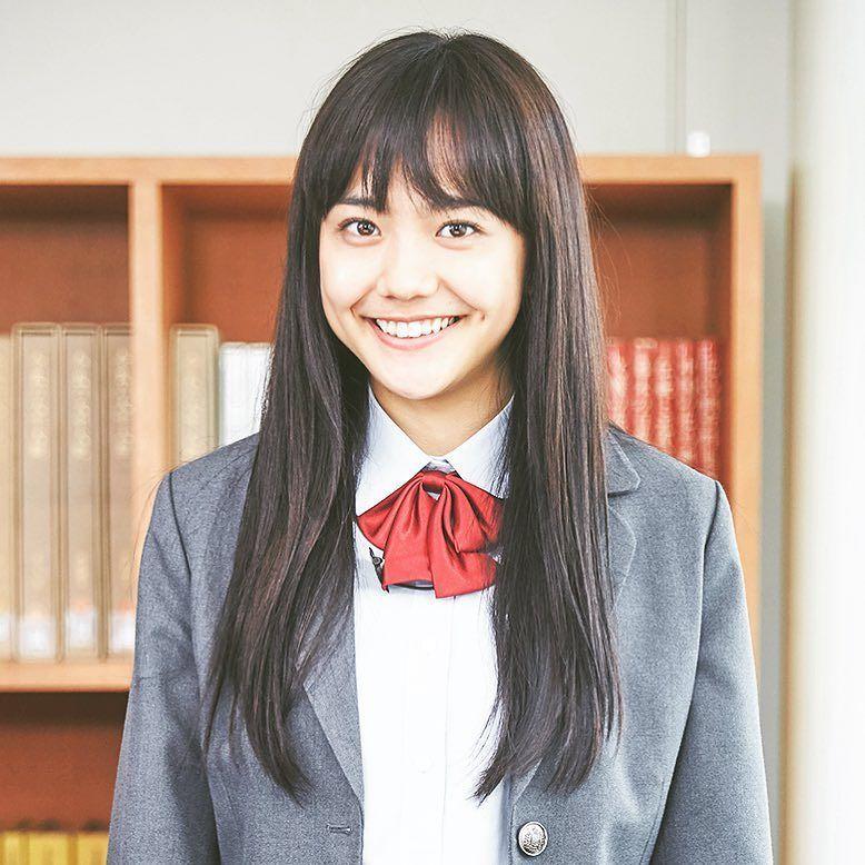 制服姿の松井愛莉