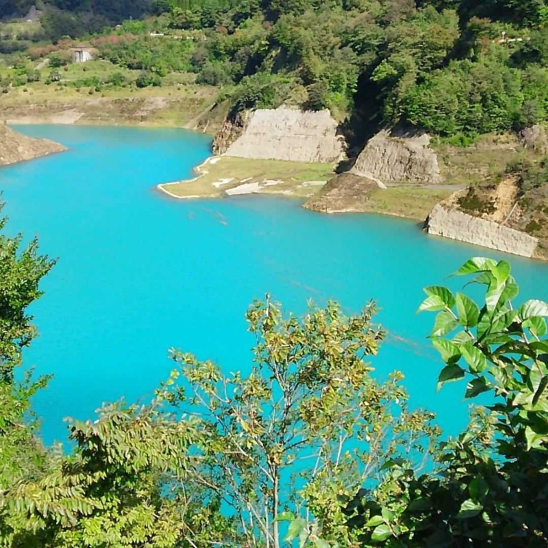 カメラの調子が悪いとか、フィルターがかかってるとかではなく、こういう色の湖が、群馬と新潟の県境にはある。 https://t.co/joG4sQnsaO