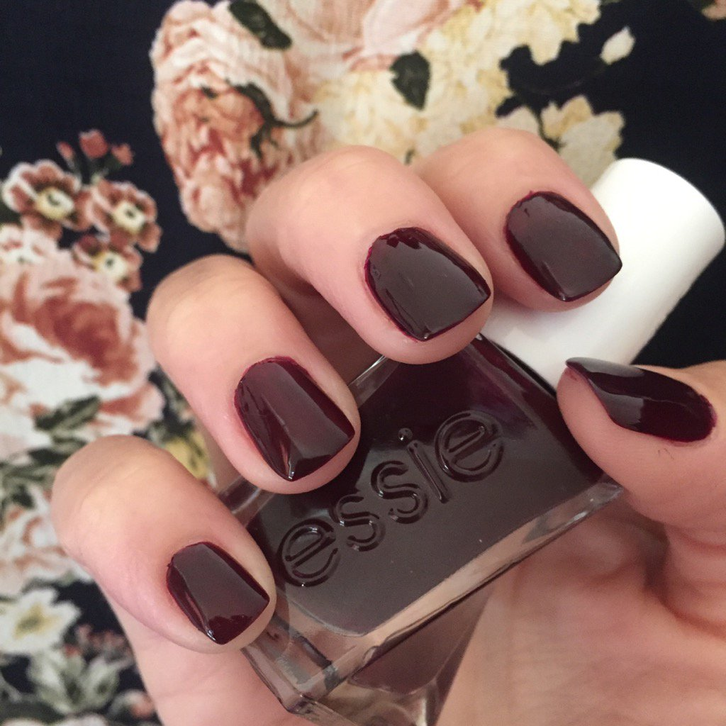 """Quick polish change! This time I'm wearing @essie's """"model clicks"""" from the #gelcouture line. Perfect for Fall! https://t.co/JvPKScdtys"""