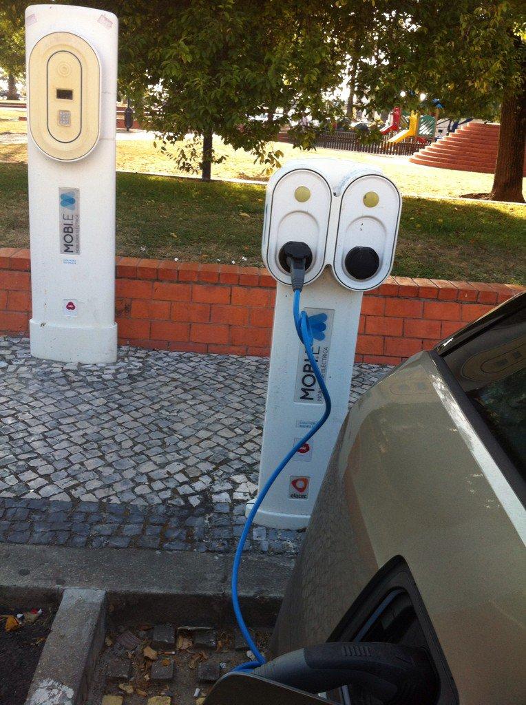 Portugal, avanza en coches eléctricos: Aparcamiento eléctrico (electrolinera) en un pueblecito llamado Aveiro.