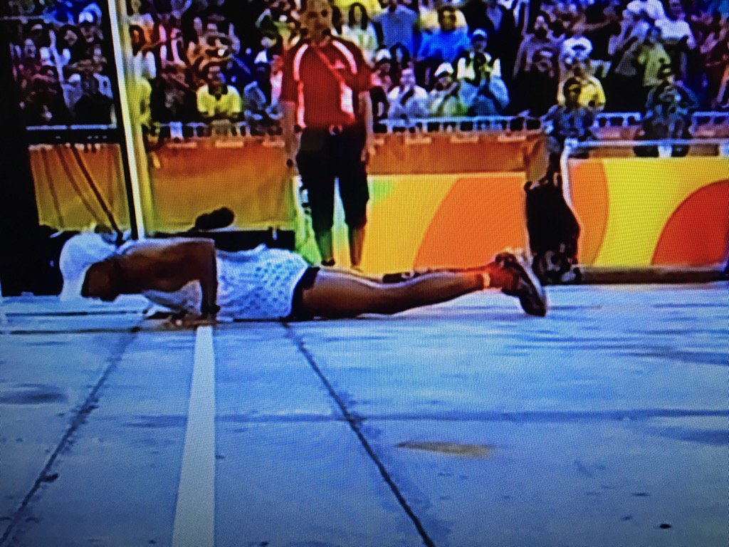 Meb slips and falls at finish, does three push-ups, finishes. https://t.co/Y4ufWrAonY