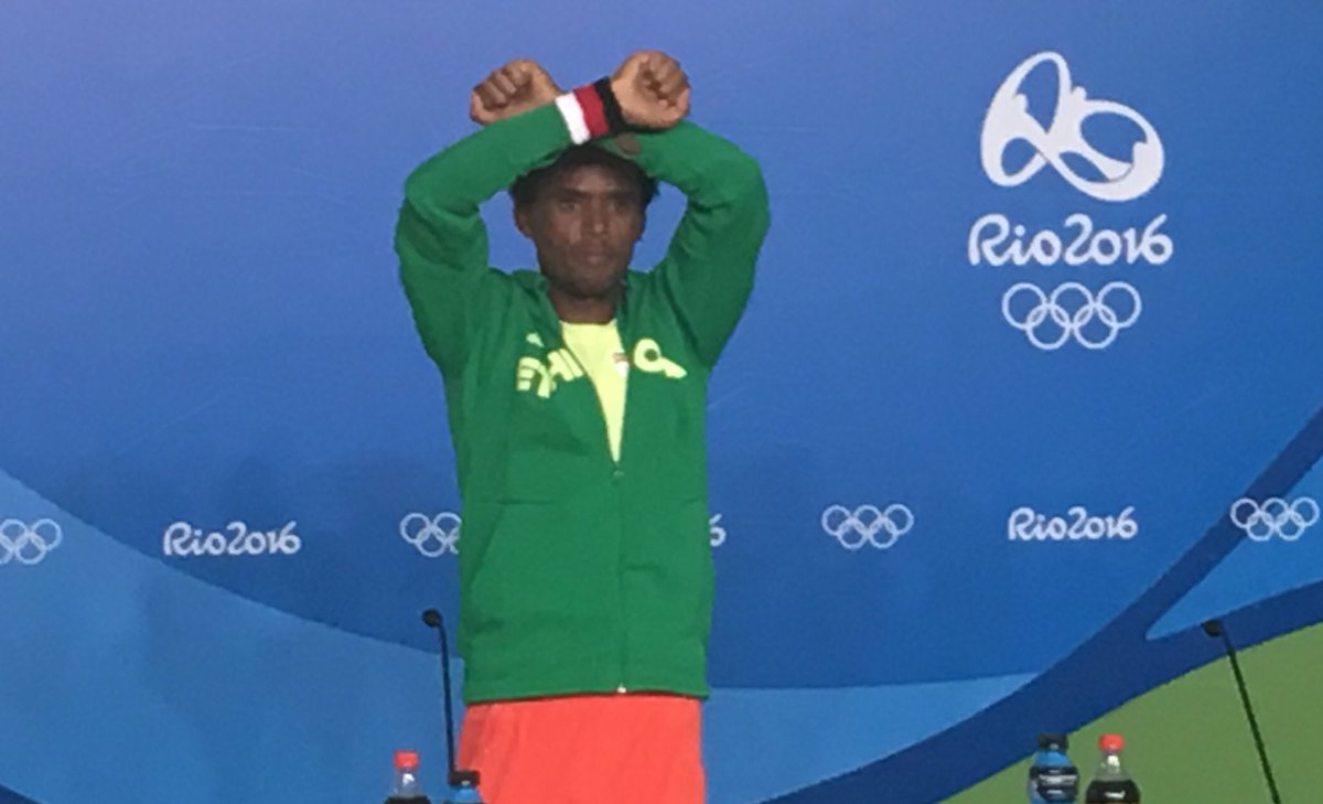 Feyisa Lilesa repeating his protest gesture against the Ethiopian government after the men's marathon. #Rio2016 https://t.co/xOs9uNtiQA