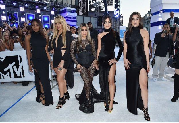 Las chicas de @FihthHarmony llegan a los #VMAs se corre el rumor que harán un presentación sorpresa ¿Será cierto? https://t.co/leNMzwLRYj