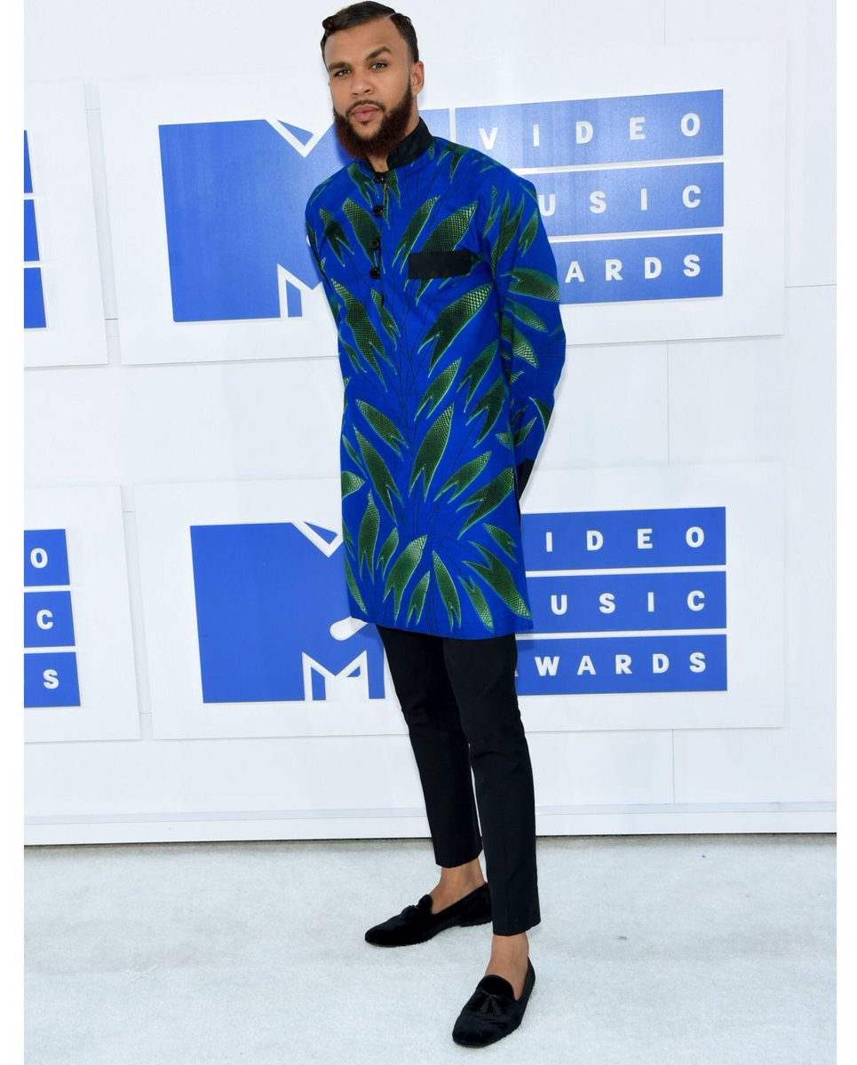 Jidenna looking dapper while showing off his Nigerian style. #VMAs https://t.co/u4qfcNN1Up