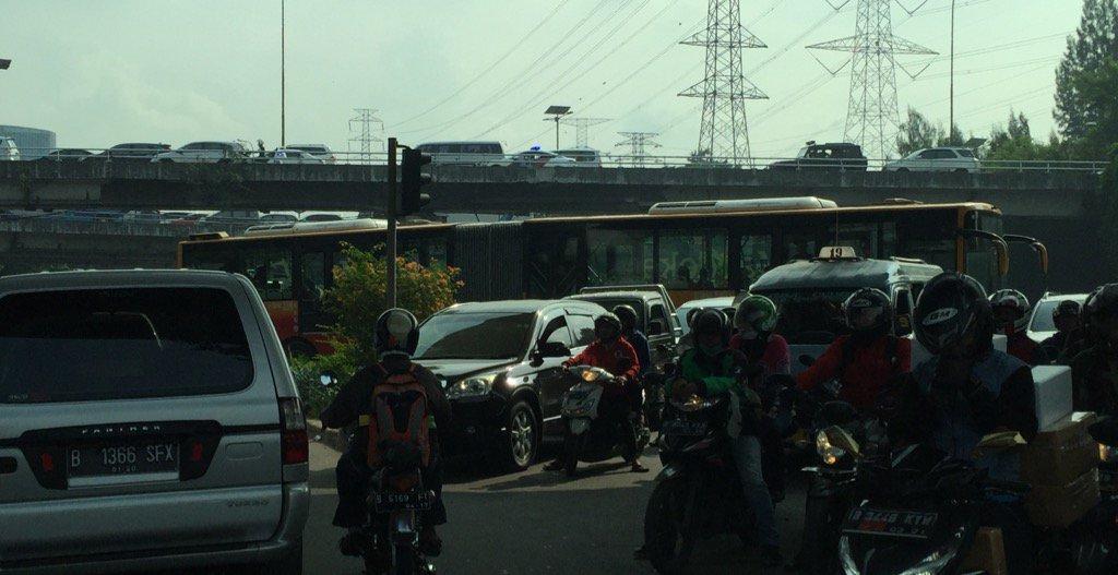 Atas bawah macet semua.. Semakin parah pula tingkat kemacetannya.. Sampai kapan? @TMCPoldaMetro @savejkt https://t.co/3gu5mbgeMN
