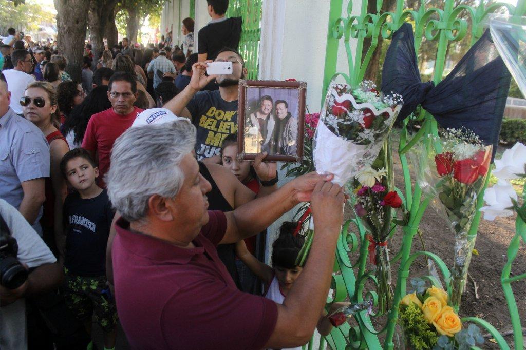 Juan Gabriel's fans mourn his passing