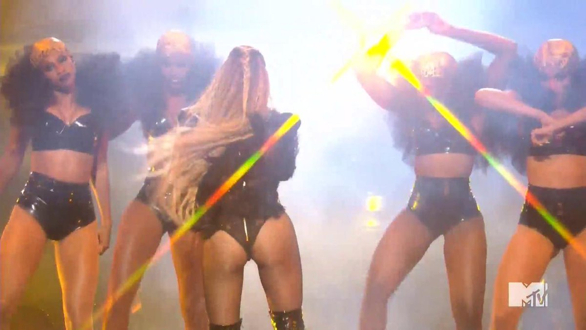 "Beyoncé performing ""Hold Up"" (produced by @Diplo) at the #VMAs https://t.co/wpnaVjTuGl"