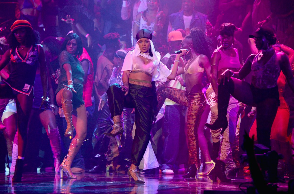 .@Rihanna takes the #VMAs stage in second high-energy performance https://t.co/ZQ6Kbhcc1i https://t.co/mLulQupTRU