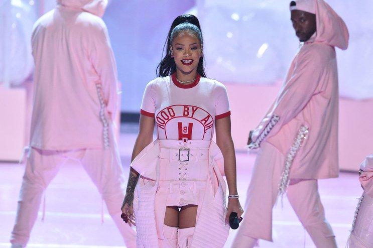 Important Rihanna #VMAs question: What is hood by air? https://t.co/nX3xQ1Z9SA https://t.co/IEh5l7DwnF