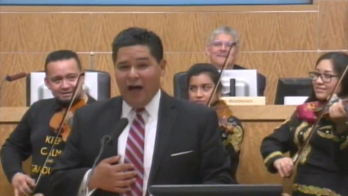 Singing Texas superintendent joins Mariachi performance during first day on job KSATnews