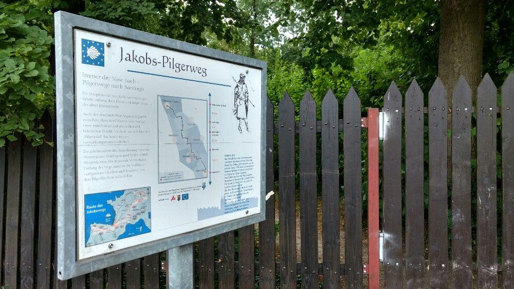 """Huch: """"Jakobs-Pilgerweg"""". Ich habe mich doch nicht etwa verlaufen? #Rheinterrassenweg https://t.co/AF1xnWG3D8"""