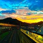100万ドルの眺め!駅の窓から撮った台風の後の夕焼け空が美しくてはっとする!