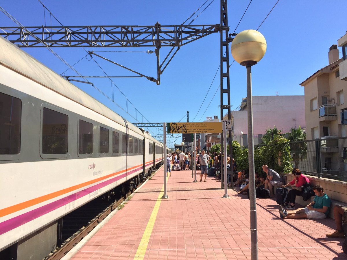 Portem 1h a l'Ampolla. El tren s'ha avariat, ha sortit fum d'un vagó. Hauríem de ser a Tarragona. Gràcies, @Renfe! https://t.co/u3TO0RGMMt
