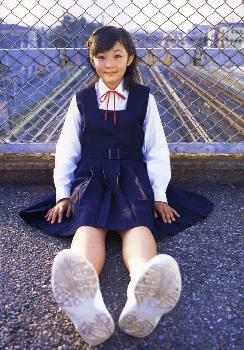 制服でアスファルトに座り人形のような昔のてんちむ