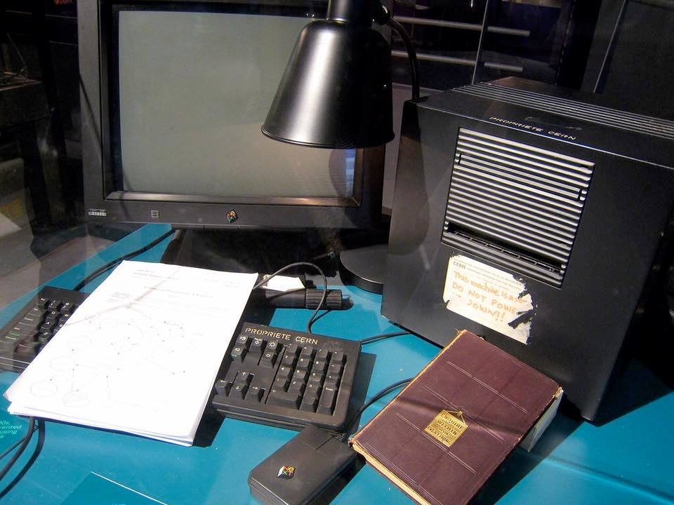 The first World Wide Web server was opened to the public 25 years ago today, running on this NeXTcube! https://t.co/EpNtj0BshG