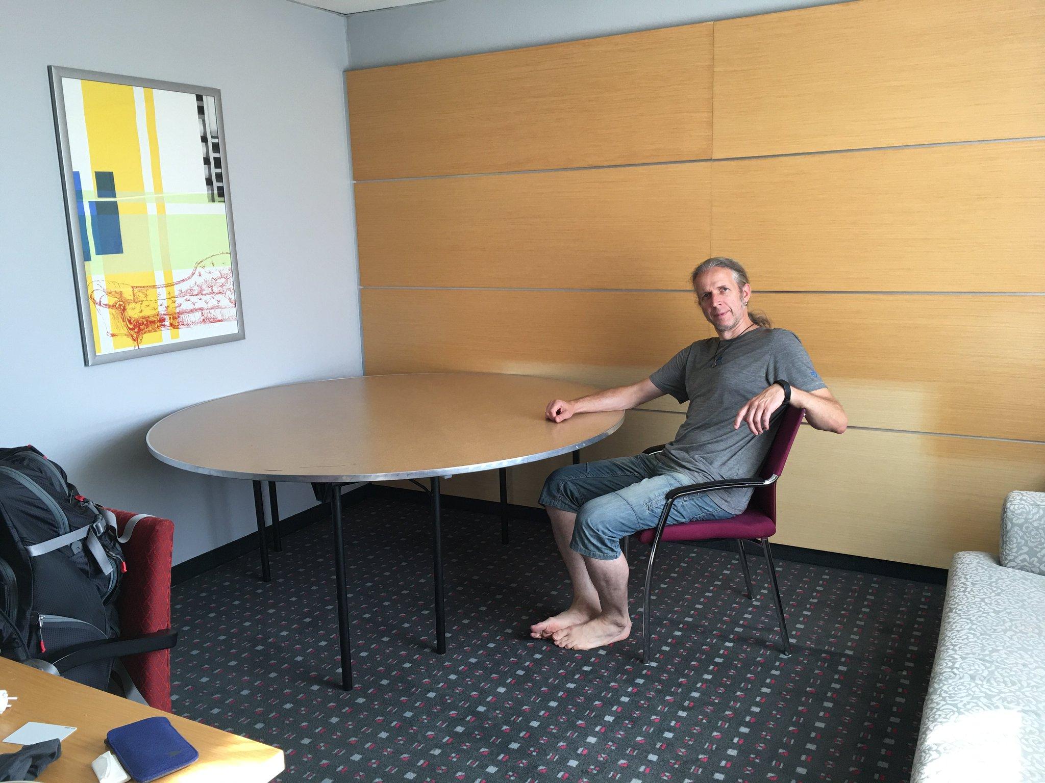 Dafür mussten wir das Zimmer auch gleich leer räumen für einen Bankettisch. Gibt keinen anderen #meurers #ruhrwalz https://t.co/bSzoN2Ccuw