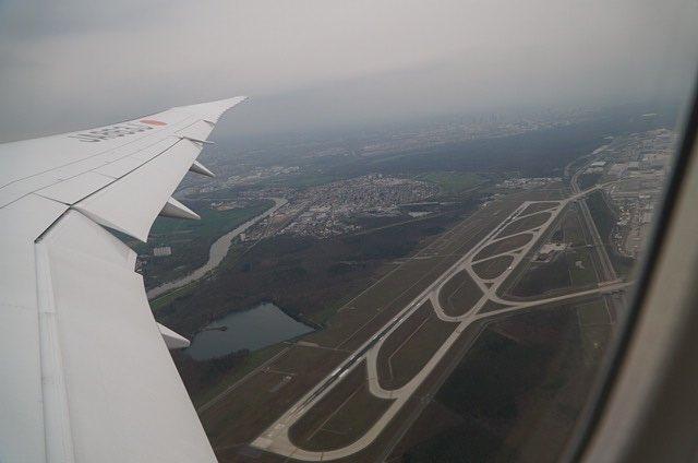 普通の人「翼が邪魔だなぁ」 空オタ「(*゚∀゚)=3フラップ!エルロン!スポイラー!」   #航空ファンあるある https://t.co/XUALlwH2Uo