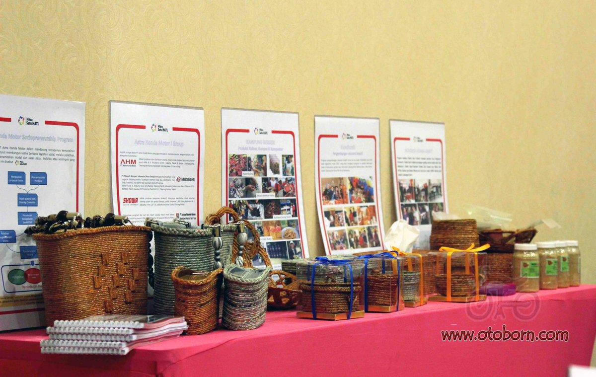 Beberapa produk hasil UKM binaan AHM dan anak perusahaannya dipamerkan pada acara training sociopreneur Mitra Satu Hati di Hotel Fave Hyper Square Bandung Jawa Barat (19/8).