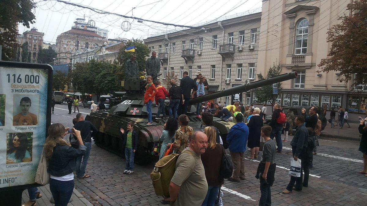 В оккупированном Симферополе к памятнику Шевченко принесли цветы. Кобзарь под присмотром полиции оккупантов - Цензор.НЕТ 5565