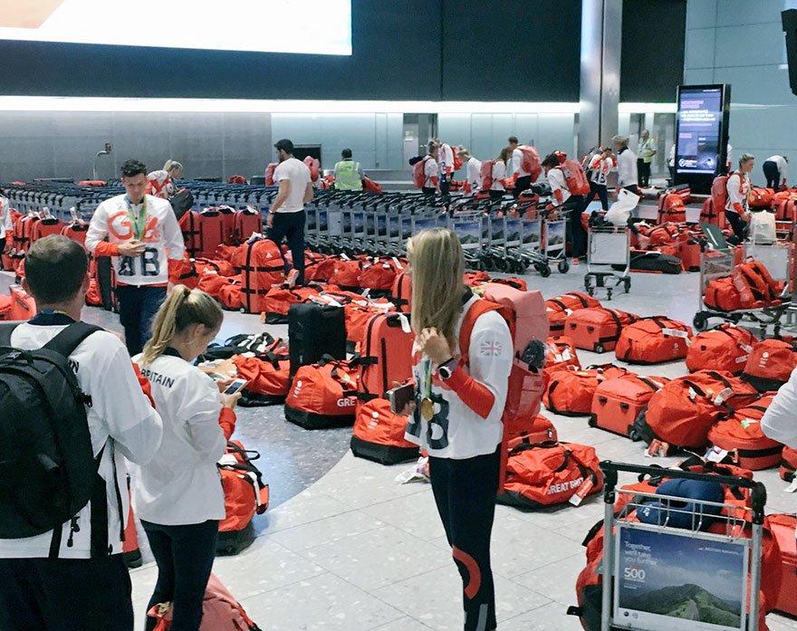 ロンドンの空港で選手達も騒然wリオから帰ってきたイギリスの選手団のバッグがどれが誰のだか分からなくなったwww