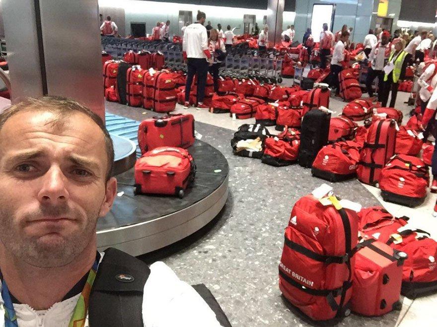 イギリスのオリンピックチームのバッグがみんな同じで、ロンドンの空港でどれが自分のかわからなくなってしまったの巻。 https://t.co/AfAepTF614 https://t.co/reDIIF6ucS